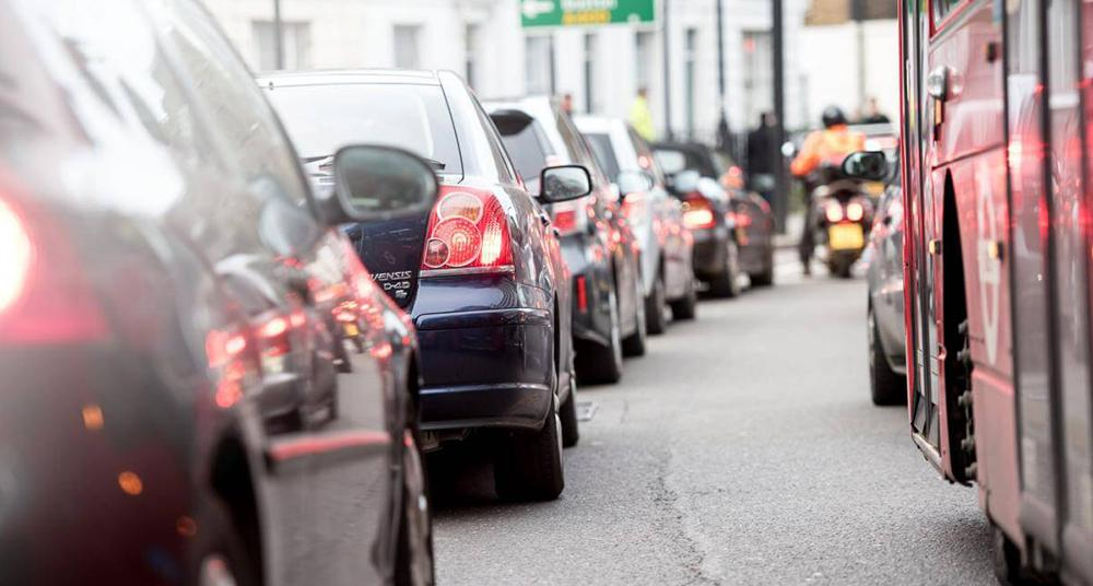 Air pollution from queues of cars